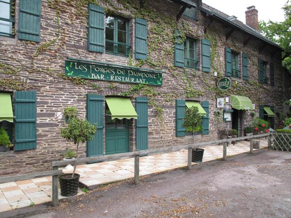 Restaurant Les Forges de Paimpont zwischen Renne und Lorient in der Bretagne, wo man wunderschön Motorradreisen erleben kann.