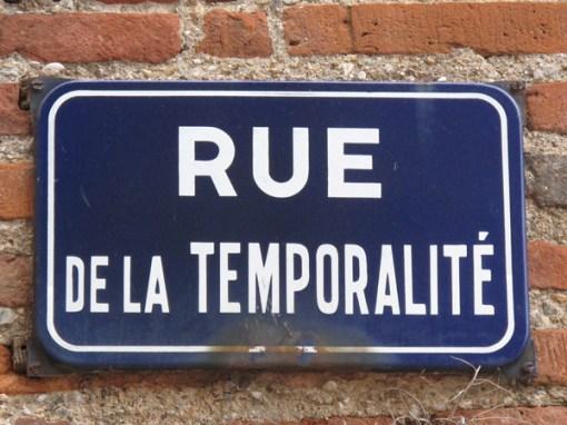 Straßenschild mit der Aufschrift Rue de la Temporalité, gesehen in Albi in Südfrankreich, in der Nähe des Museums von Toulouse Letrec