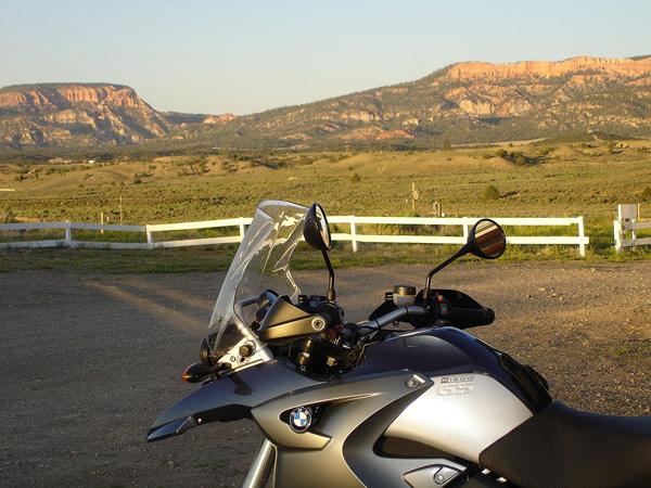 Abendsonne in Hatch, UT vor einer Bergkette mit einem Motorrad BMW R 1200 GS im Vordergrund, bei einer Motorradtour durch die Rocky Mountains