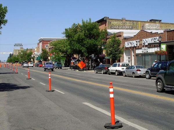 Hauptstrasse von Bozeman, MT mit Autos und Geschäften
