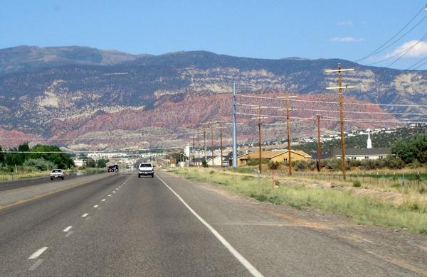 Einfahrt nach Cedar City, UT, bei einer Motorradtour durch die Rocky Mountains