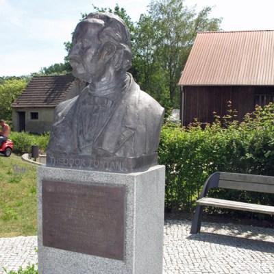 Fontane-Denkmal in der Ortsmitte von Görne, Lkr. Havelland, besucht bei einer Fontane-Motorradtour durch Brandenburg