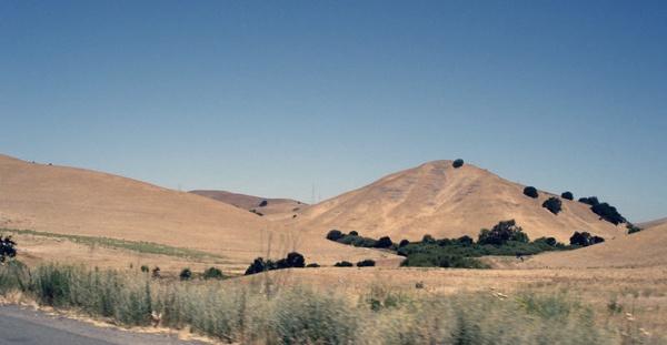 Hügel im Golden State Kalifornien, gesehen von der I5 aus bei der Rückkehr von einer Motorradtour Rocky Mountains