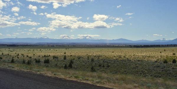 High Desert in Oregon mit dem Gebirgszug der Cascade Range im Hintergrund