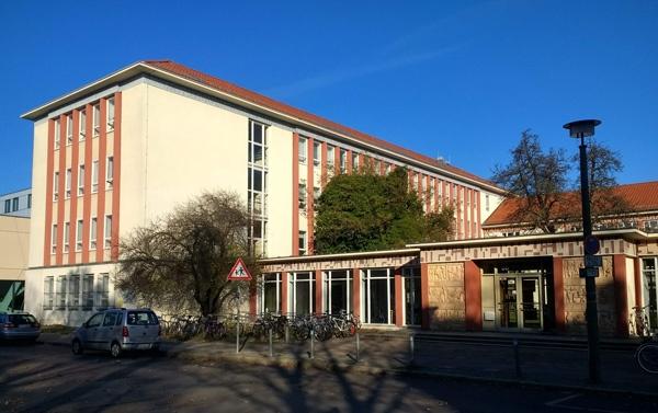 Bild der Kunsthochschule Weissensee mit Haupt- und Eingangsgebäude, besucht bei einer Bauhaus-Motorradtour durch Berlin