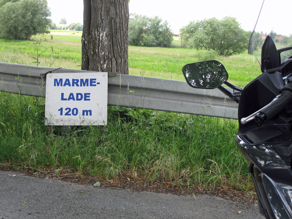 Schwarzes Motorrad Yamaha FJR 1300 am Strassenrand vor einem Schild Marmelade 120 m, gesehen bei Fontane-Motorradtouren durch Brandenburg