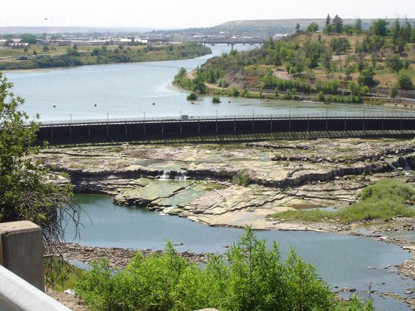 Missouri in Great Falls, MT mit Staudamm und der Stadt im Hintergrund