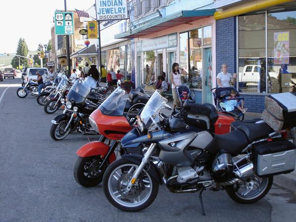 Motorradtreffen in Panguitch, UT mit einer Reihe von Motorrädern, gesehen bei einer Motorradtour durch die Rocky Mountains
