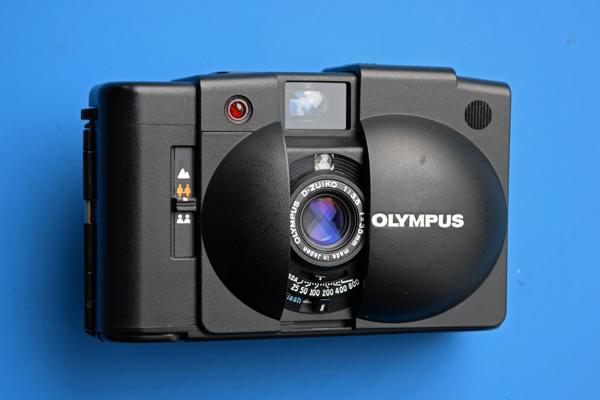 Point-and-shoot-Kamera Olympus XA2 als Teil der Fotoausrüstung für die Motorradtour