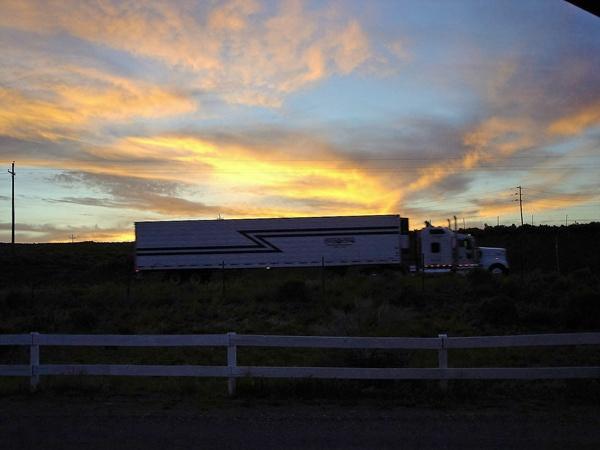 Truck in Hatch,UT bei Sonnenuntergang bei einer Motorradtour durch die Rocky Mountains