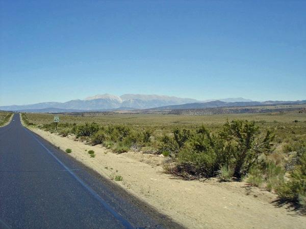 US Hwy 6 in Nevada mit einer Bergkette im Hintergrund bei einer Motorradtour durch die Rocky Mountains
