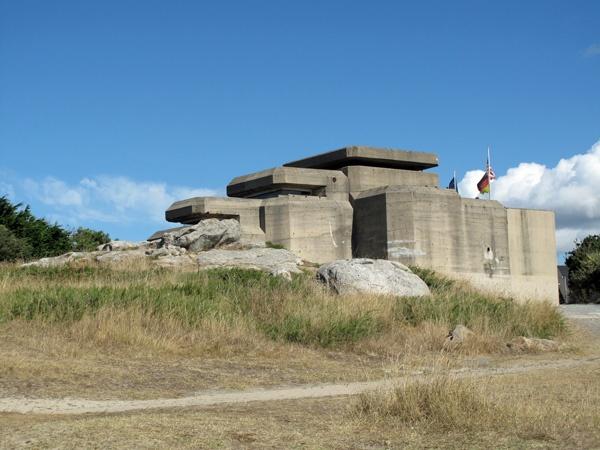 Atlantikwall-Bunker bei Batz an der französischen Atlantikküste mit einer deutschen und einer europäischen Flagge