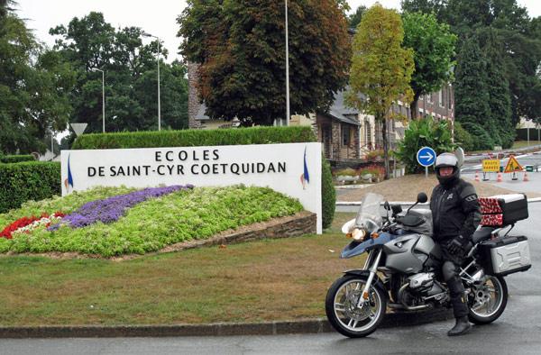 Motorradfahrer auf einer BMW R 1200 GS an der französischen Offiziersschule in St-Cyr in der Bretagne