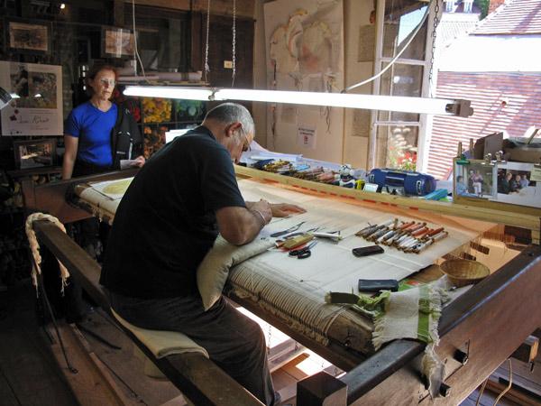 Teppichknüpfer in Aubusson in Frankreich mit Garnrollen und Handwerkszeug