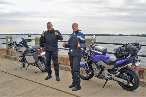 Motorradfahrer und blonde Motorradfahrerin mit ihren Maschinen am Atlantik in Charleston, SC