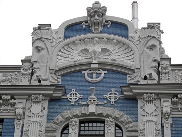 Weiss-blauer Giebel eines Jugendstilhauses in Riga