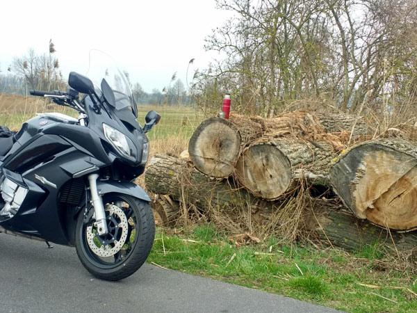 Yamaha FJR 1300 bei einer Kaffeepause auf der Motorrad-Pilgertour nach Wilsnack