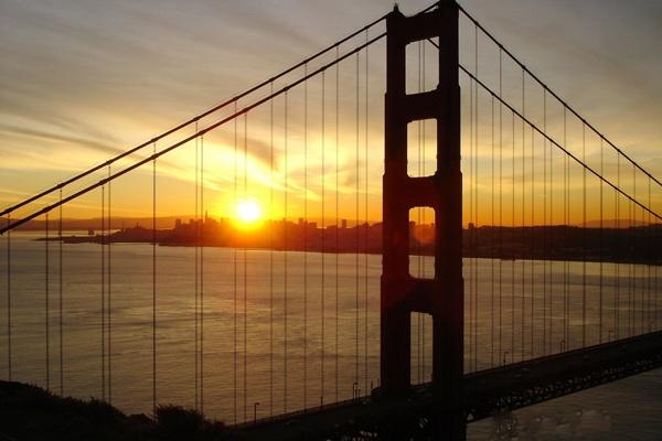 Sonnenaufgang hinter der Golden Gate Bridge beim Start zu einer USA-Motorradtour vom Pazifik zum Atlantik
