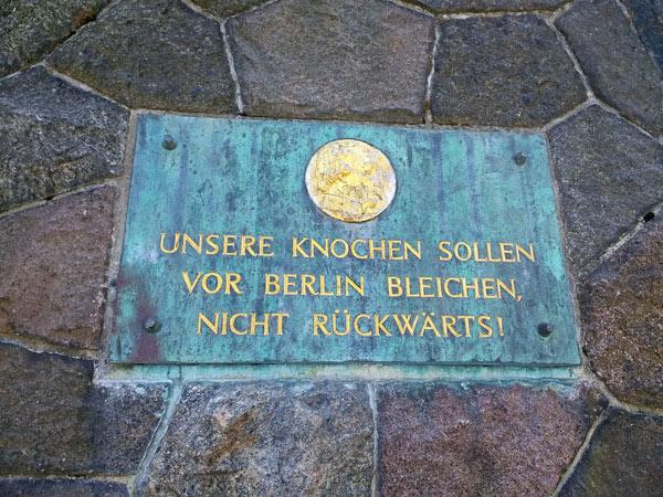 Gedenkplatte an der Bülow-Pyramide in Großbeeren