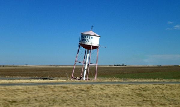 Schiefer Wasserturm in der einsamen Prärie
