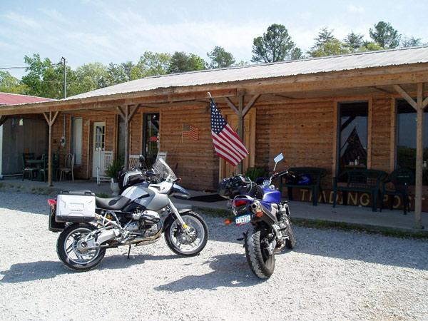 Menschliche Begegnungen bei Motorradtouren: an einem Trading Post im Bible Belt