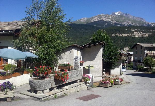 Am Zielort der Motorradtour zum Croix de Fer und Galibier: Dorfbrunnen in Bramans