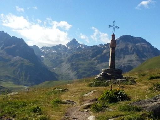 Gipfelkreuz am Col de la Croix de Fer, besucht bei einer Motorradtour zum Croix de Fer und Galibier