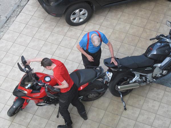 Zwei Motorradfahrer ketten ihre Motorräder bei einer Motorradtour nach Süditalien zusammen