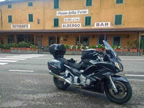 Motorrad Yamaha FJR 1300 auf dem Passo della Futa bei einer Motorradtour nach Süditalien