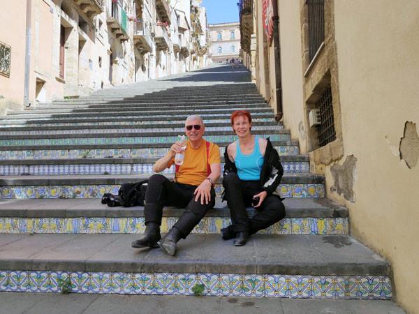Kacheltreppe in Caltagirone bei einere Motorradtour nach Süditalien