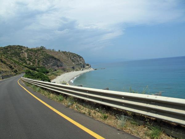 SS106 Ionica entlang der kalabrischen Küste am Ionischen Meer, gefahren bei einer Motorradtour nach Süditalien