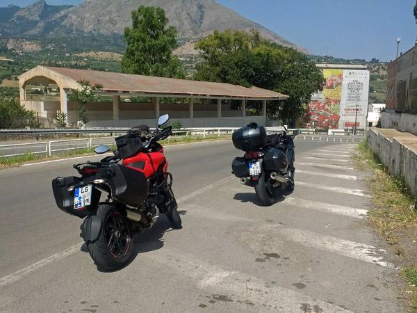 Zwei Motorräder am Start der Targa Florio in Cerda