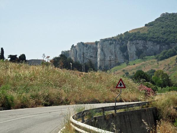 Bergrennstrecke Targa Florio in Sizilien mit Felsen