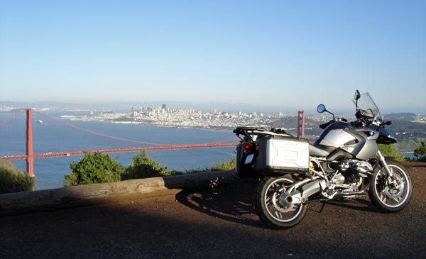 BMW R 1200 GS vor der Golden Gate Bridge auf dem Weg zur Arbeit