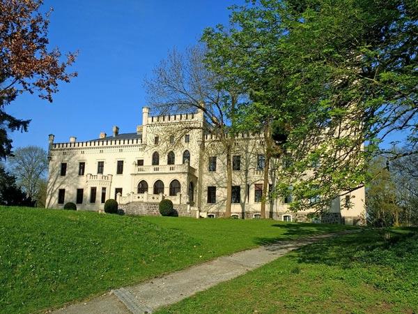 Schloss Reichenow im Lkr. Märkisches Oderland in Brandenburg bei einer Motorradtour durch das Oderbruch