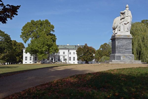 Schloss Neuhardenberg in Brandenburg, besucht bei einer Motorradtour in das Oderbruch