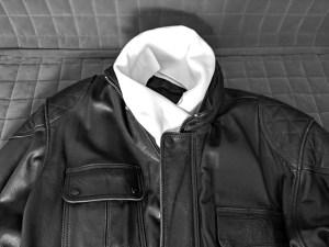 Motorradbekleidung bei Kälte: Lederjacke mit weißem Schal