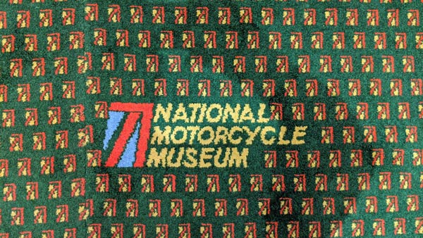 National Motorcycle Museum Birmingham, UK: Museumsname auf Teppichboden