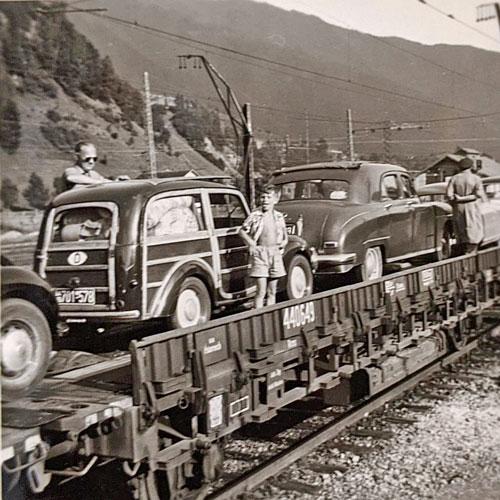 FIAT Giardiniera 1954 beim Eisenbahntransport auf einem Flachbettwagen