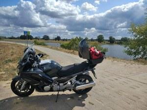 Rast auf dem Elbdeich mit Motorrad bei einer Motorradtour von Berlin nach Hamburg