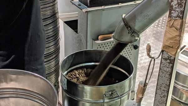 Abfüllung des gerösteten Kaffees in der Hamburger Kaffeerösterei