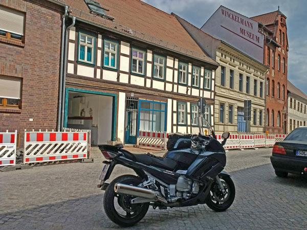 Motorrad vor dem Winckelmann-Museum in Stendal