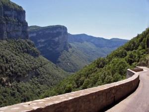 Motorradtour in den Vercors: Bergstrasse im bewaldeten Tal