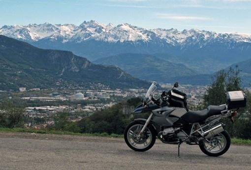 Motorrad BMW R 1200 GS im winterlichen Vercors vor der verschneiten Bergkette der Westalpen