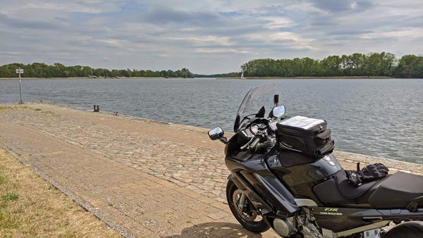 schwarzes motorrad am ruppiner see in brandenburg