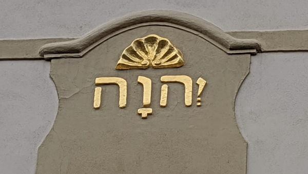 hebraeische aufschrift auf einem buergerhaus in bautzen oberlausitz