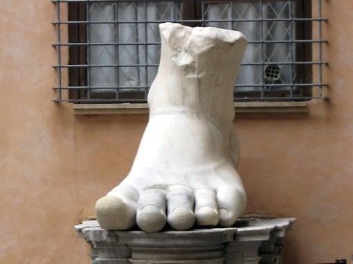 fuss der kollossalstatue des kaisers constantin in den kapitolinischen museen in rom