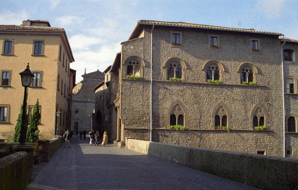 motorradtour im etruskerland: palazzo farnese in viterbo