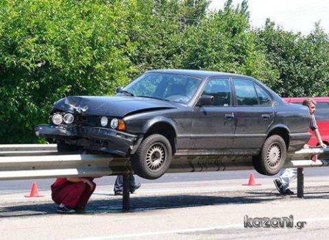 acidentes de carro - escalando o guard rail