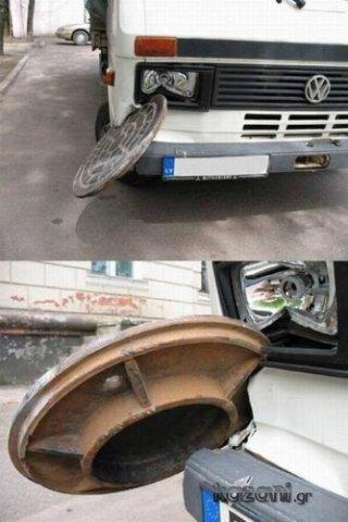 acidentes de carro - tampa de bueiro como adorno de parachoque